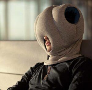 Ostrich Pillow, la almohada perfecta para hacer una siesta en cualquier lugar